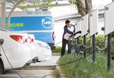 凡驾驶新能源汽车的市民,可在此享受免费停车充电服务.