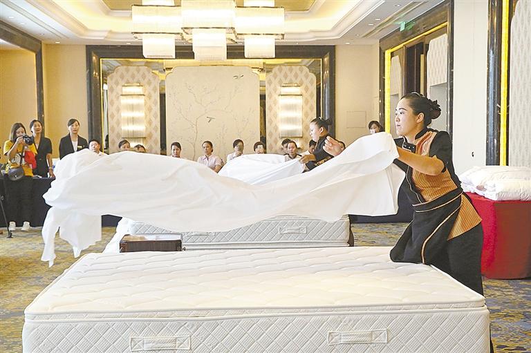在中式铺床暨夜床设计比赛中,床单一次抛单定位,表面平整光滑,包角呈