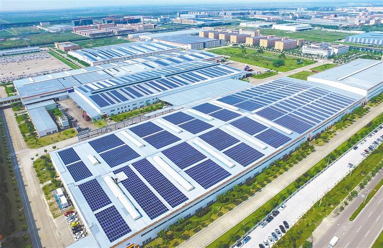 -->  近日,吉利汽车杭州湾基地屋顶太阳能项目通过电力部门验收,开始并网发电。据了解,该项目由22580块光伏发电组件组成,面积为21万平方米,装机容量5.6兆瓦,总投资5000万元,年发电560万度,可解决厂区大约10%的用电量,每年节约标准煤700余吨,减排二氧化碳近2000吨。   摄影 记者 孙丰立   通讯员 卓松磊-->