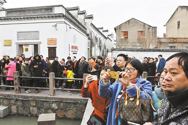1月31日下午,鸣鹤古镇游客人潮涌动.