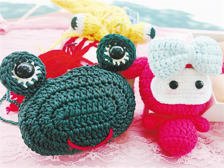 图为博爱幼儿园小朋友的蛋袋和绘蛋作品.